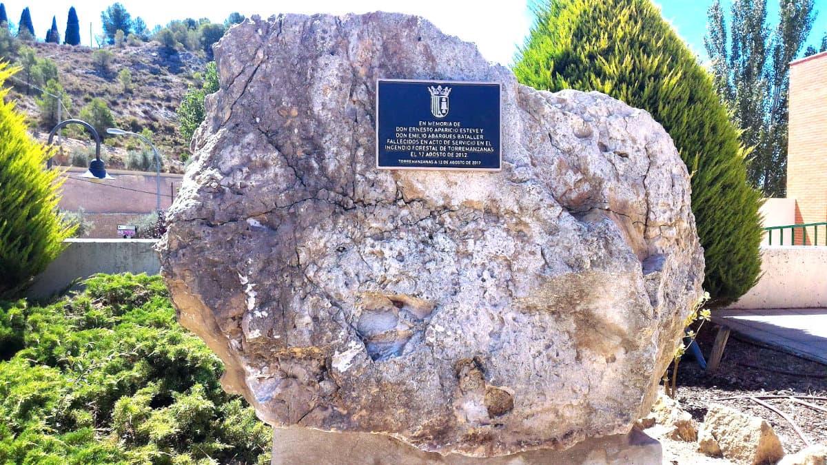 Monòlit a la Casa de Cultura en memòria de Ernesto i Emilio